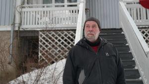 Dick Karlsson står framför sin veranda i Munkviken i Pargas
