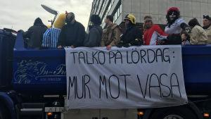 Abiturienter från Korsholms gymnasium firar penkis