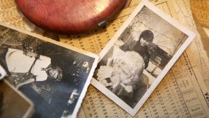 På fotografiet som hittades i systerns handväska har Marja-Leena Suvitie en vit mössa på sig.