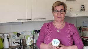 Mirja Poikkeus valmistaa osan kodin pesuaineista itse, kuvassa soodasta tehty hankausjauhe