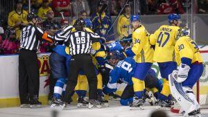Stökigt bakom målet mellan Finland och Sverige.