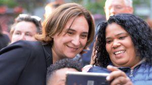 En medborgare tar selfie tillsammans med Ada Colau.