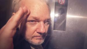 Julian Assange i en bil på väg från domstol till fängelse. Bilden togs den 1 maj i London.