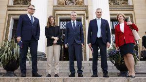 Juha Sipilä, Pekka Haavisto, Antti Rinne, Li Andersson och Anna-Maja Henriksson står på Ständerhusets trappa och ska snart presentera regeringsprogrammet.
