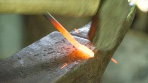 En krok arbetas fram från ett uppvärmt järnspett