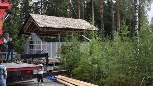 Ett tak lyfts på ett elementhus. Nästan på