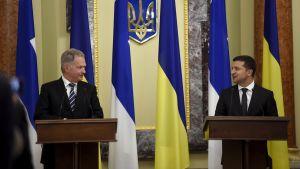 President Sauli Niinistö och Ukrainas president Volodymyr Zelenskij under presskonferens i Kiev.