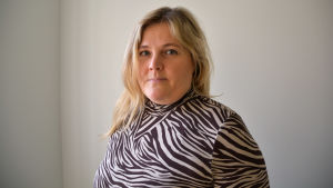 Kvinna i zebrarandig blus