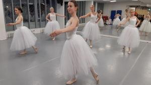 Balettdansöser som dansar Giselle på Hurja Piruetti.