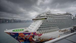 Kryssningsfartyget Dream World med 3 600 personer ombord har försatts i karantän i Hongkong. Minst tio personer ombord har infekterats av viruset.