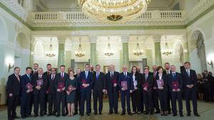 den polska regeringen och president Andrzej Duda står uppställda i en festsal