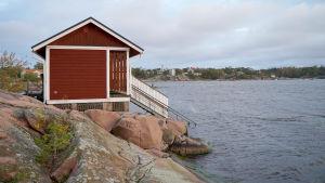 Ett rött hus på Fabriksudden i Hangö där huset för vinterbadare finns.
