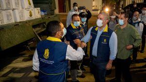 Colombias president Ivan Duque kontrollerar hjälp som ska skeppas till orkandrabbade områden.