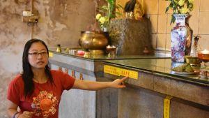 Elisabeth Teoh guidar gärna besökare i det buddhistiska templet där hennes far är vakt. Hon blev intresserad av naturskydd när hon studerade i Storbritannien.