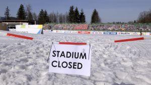 Skidstadion avspärrad, skylt där det står att stadion är stängd
