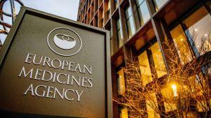 Euroopan lääkeviraston kyltti ja rakennus Amsterdamissa.