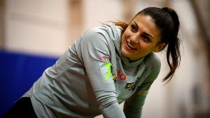 Nooralotta Neziri skrattar medan hon tänjer innan hon sätter igång och löpa