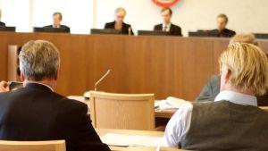 Bilden är tagen på den senaste HD-rättegången i vårvintras. Här sitter Christer Eriksson tillsammans med sin klient.