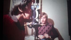 Frode J. Strømnesin tutkimusryhmä töissä. Kuvakaappaus ohjelmasta KIELI MIELIKUVAN ILMAISUVÄLINEENÄ. (1977)