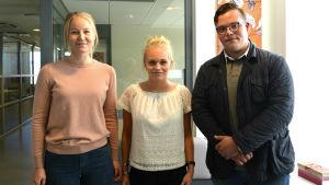 Juridikstuderande Sanna Luoma, Tinya Tillander och Tim Lassander står och tittar rakt in i kameran