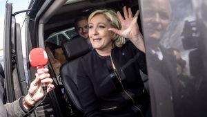 Marine Le Pen vinkar till sina anhängare i den franska staden Amiens den 26 april 2017.