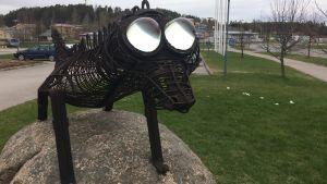 Konstverk utomhus som föreställer en ödla.