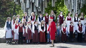 Drottning Margrethe vid Sibeliusmonumentet i Helsingfors, där Tapiolakören uppträdde för gästerna den 1 juni 2017.
