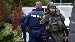 Tungt utrustad polis i Håkansböle.