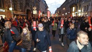 Demonstranter i S:t Petersburg visar sitt stöd för Aleksej Navalnyj. 7.10.2017