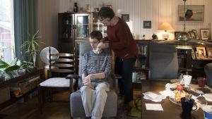 Stefan och hans mamma Inger Karlsson i vardagsrummet i Kyrkslätt.