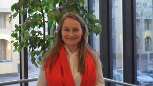 Bilden visar Maria Sundström som står vid ett fönster i Maria 01.