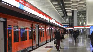 Hagalunds metrostation, ett metrotåg har stannat och passagerare går ut.