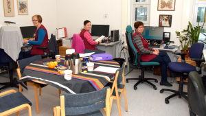 Sjukskötarna Clara Johansson, Jenny Bussman och Pia Selenius jobbar på Raseborgs mentalvårdscenter.