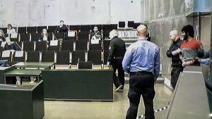 Den misstänkte Abderrahman Bouanane förs in i rättssalen av väktare tisdagen den 17 april 2018.