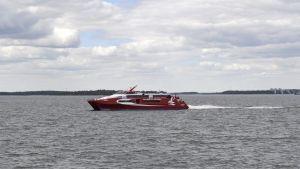 Linda Lines katamaran utanför Helsingfors sommaren 2015.