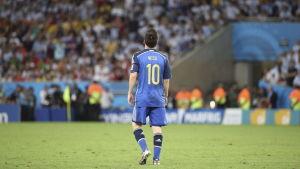 Messi med ryggen till mot publik efter att ha förlorat vm finalen 2014