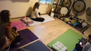 Deltagare inför ett meditativt ljudbad.