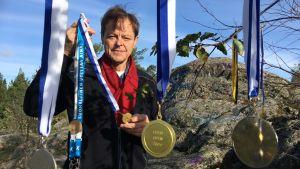 Claes Olsson med sina medaljer