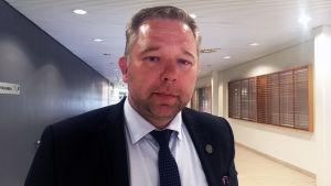Niklas Guseff står i en korridor.