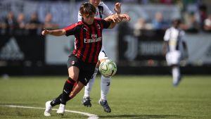 Valentina Giacinti håller undan för Petronella Ekroth i Serie A.