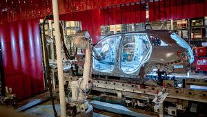 robotar bygger bilar.
