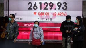 Människor framför ett börsresultat