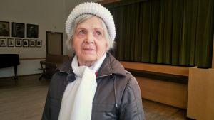 äldre dam i samlingslokal
