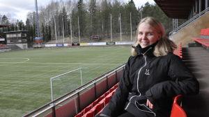 Roosa Bröijer sitter på läktaren i Myrbacka.
