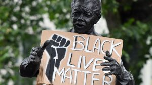 Demonstranter vid Nelson Mandela staty i London under en antirasism protest.