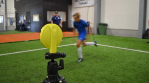Futura-fotbollsspelare springer förbi en elektronisk avläsare