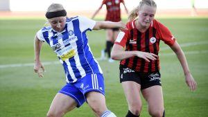 Hanna Ruohomaa kämpar om bollen mot PK-35 Helsingfors Alice Wiksten.