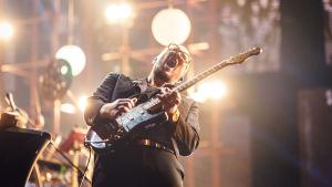 Marzi Nyman soittaa kitaraa tunteella Elämäni Biisi -lavalla.