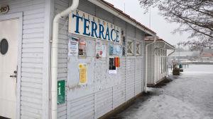 Husvägg vid gästhamnen i Pargas.