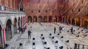 Stolar glest placerade för köande till vaccin i Blå hallen i Stockholms stadshus där Nobelbanketten normalt hålls.